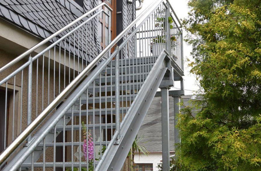 Stahltreppe mit Edelstahl