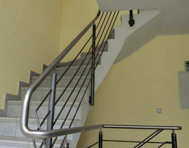 Treppengeländer mit gebogenem Edelstahllauf